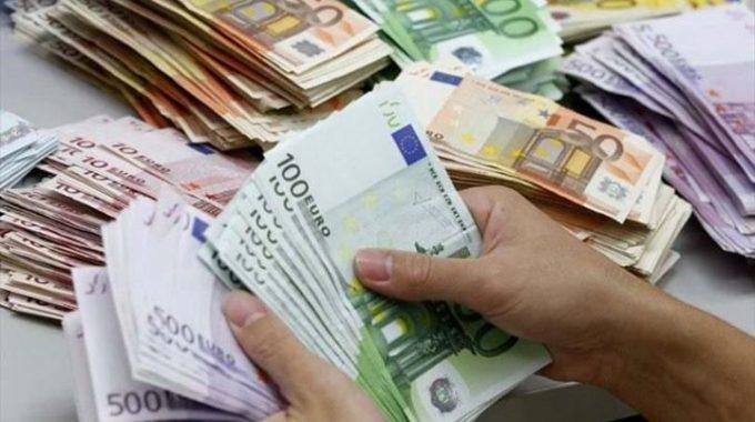 الدولار الامريكي يسجل انخفاضا طفيفا أمام الدينار في مستهل السوق السوداء اليوم