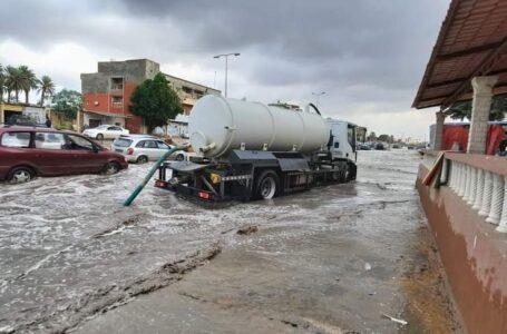 شركة المياة والصرف الصحي تقوم بشفط وتسريح المياه بمدينة الزاوية